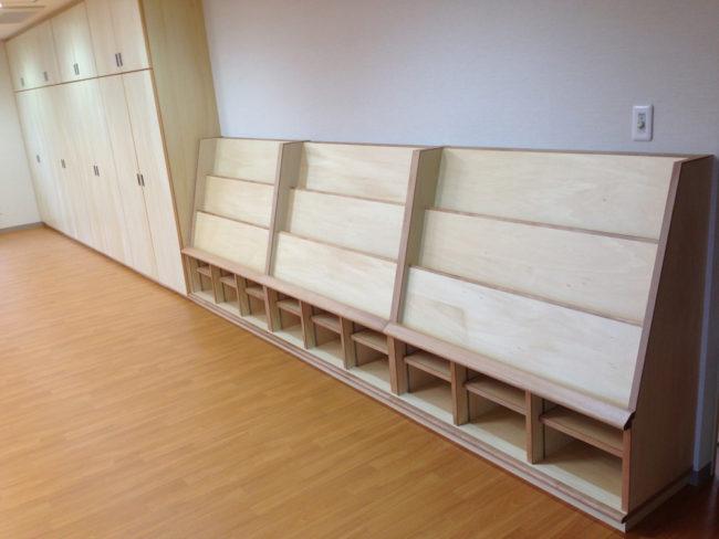 天然木を贅沢に使用したディスプレイラックです。上段には本棚を飾ることができます。下段は収納物に合わせて使えるように可動式の棚を設置しています。