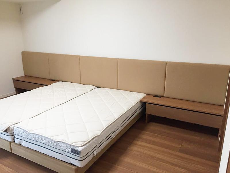 ベットサイドテーブルと 背面ソファーのオーダー家具を納品しました-お客様のお部屋-