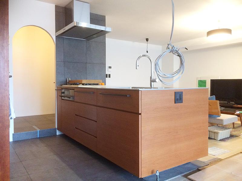 システムキッチンとカウンターのオーダー家具を納品しました!お客様の部屋