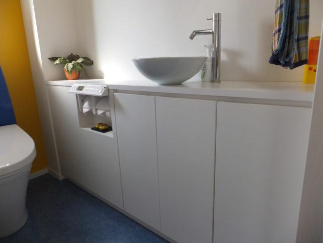 清潔感漂う洗面台。壁一面にスペースを存分に使い、装飾をさけすっきりとしたデザインに仕上げました。